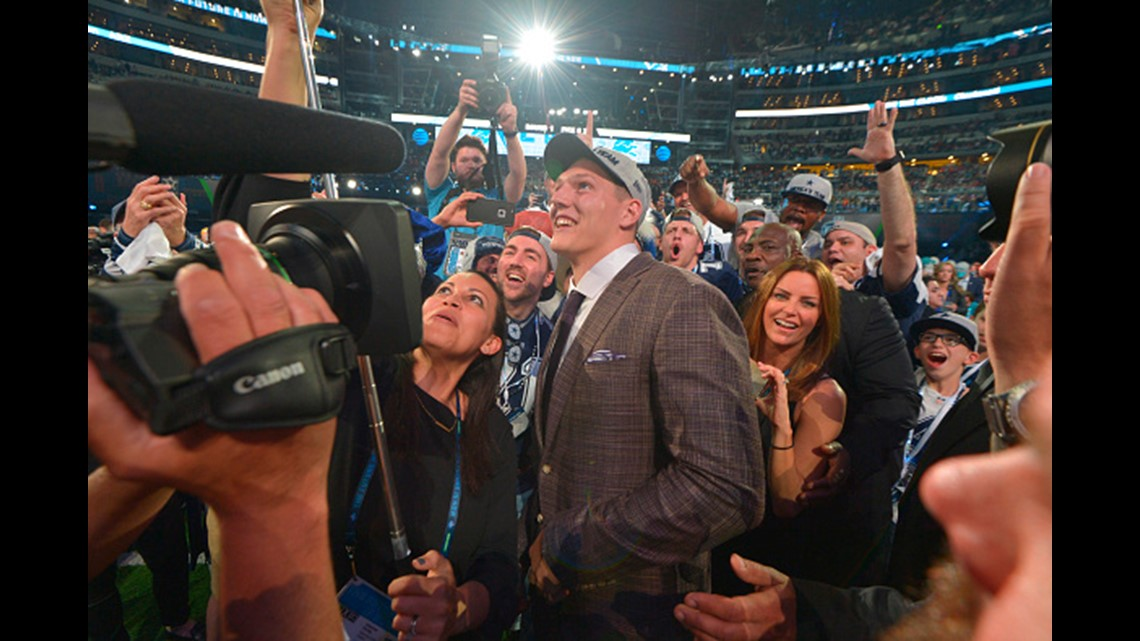 07caf5456 The Dallas Cowboys' 19th overall selection, Boise State linebacker Leighton  Vander Esch, takes photos with fans during the NFL Draft at AT&T  Stadium in ...